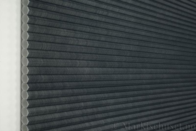 Duette gardin Architella Elan 294650-7131 Koksgrå farge. Bildet er tatt med lys forfra.