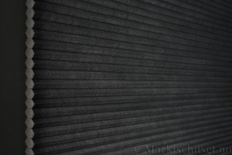 Duette gardin Architella Elan 294650-7131 Koksgrå farge. Bildet er tatt med lys bakfra.