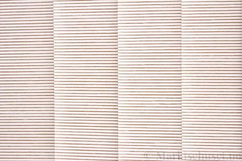 Lamellgardin tekstil serien Palisander 250015-0260 farge Offwhite. Bildet er tatt med lys bakfra.