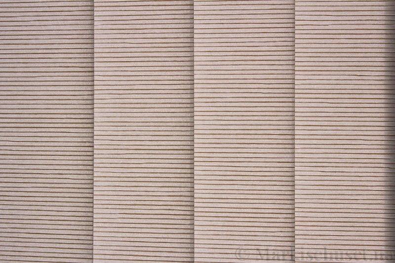 Lamellgardin tekstil serien Palisander 250015-1500 farge Sølvgrå. Bildet er tatt med lys bakfra.