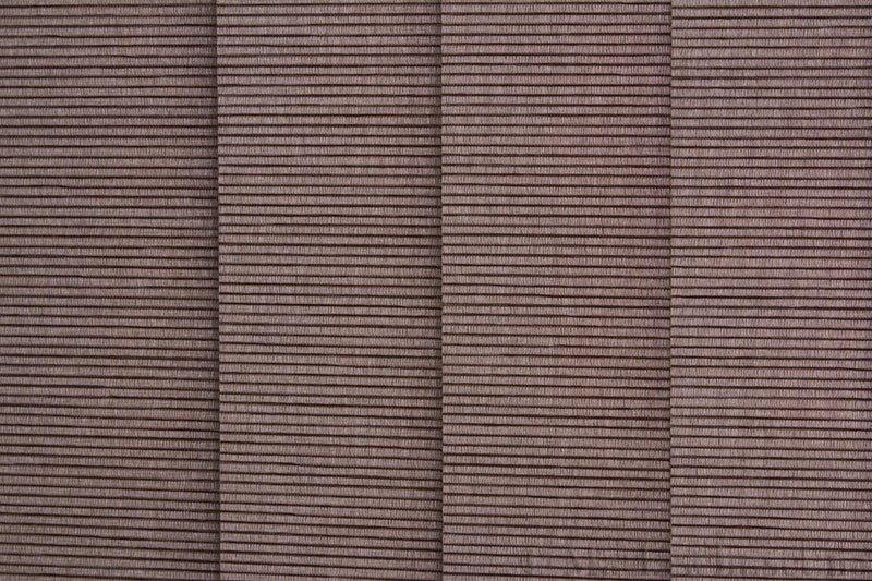 Lamellgardin tekstil serien Palisander 250015-4749 farge Elefantgrå. Bildet er tatt med lys bakfra.