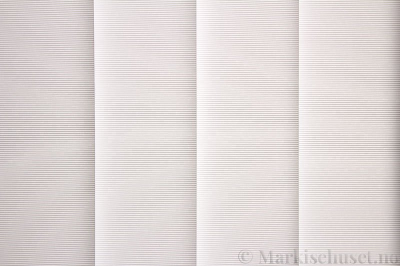 Lamellgardin tekstil serien Elegance 250205-0204 farge Eggehvit. Bildet er tatt med lys bakfra.