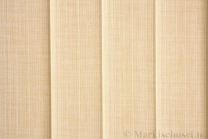 Lamellgardin tekstil serien Corneille FR 250245-0500 farge Bomullshvit. Bildet er tatt med lys bakfra.