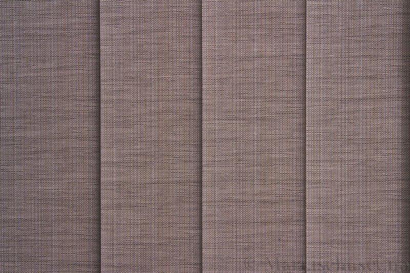 Lamellgardin tekstil serien Corneille FR 250245-1245 farge Varmgrå. Bildet er tatt med lys bakfra.