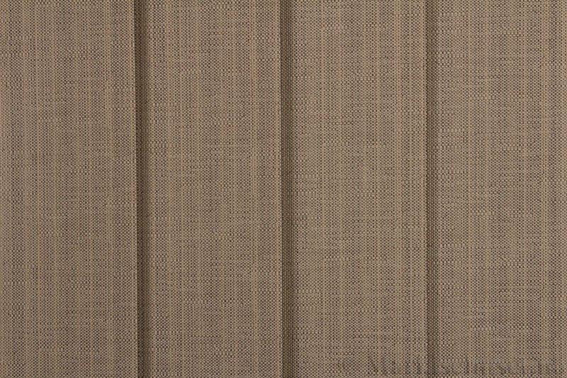 Lamellgardin tekstil serien Corneille FR 250245-4430 farge Mørk Sand. Bildet er tatt med lys forfra.