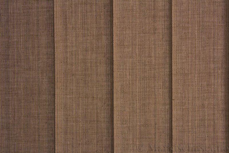 Lamellgardin tekstil serien Corneille FR 250245-4430 farge Mørk Sand. Bildet er tatt med lys bakfra.