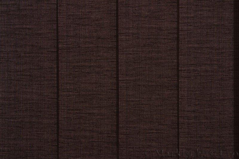 Lamellgardin tekstil serien Corneille FR 250245-4900 farge Kaninbrun. Bildet er tatt med lys bakfra.