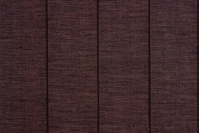 Lamellgardin tekstil serien Corneille FR 250245-4991 farge Gråbrun. Bildet er tatt med lys bakfra.