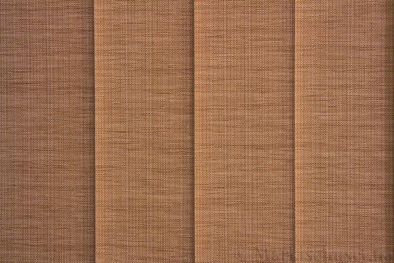 Lamellgardin tekstil serien Corneille FR 250245-5190 farge Lys Sand. Bildet er tatt med lys bakfra.