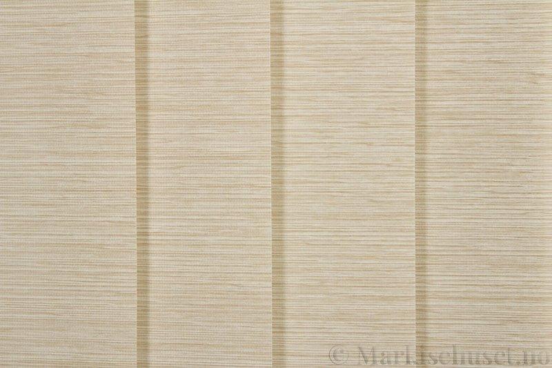 Lamellgardin tekstil serien Ontario 250505-4510 farge Mørk Toga. Bildet er tatt med lys forfra.