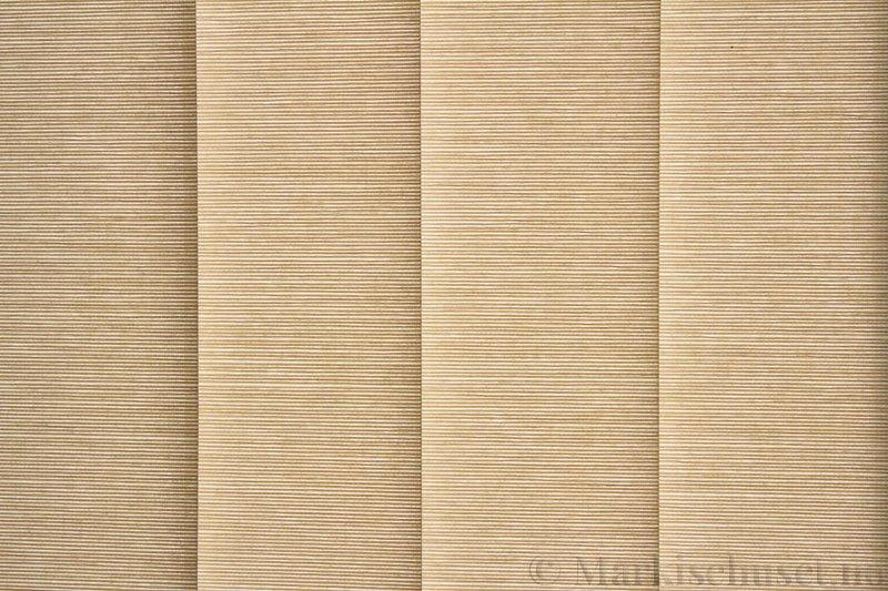 Lamellgardin tekstil serien Ontario 250505-4510 farge Mørk Toga. Bildet er tatt med lys bakfra.