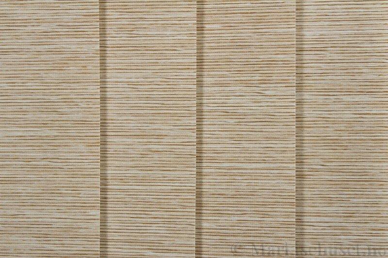 Lamellgardin tekstil serien Ontario 250505-4740 farge Sand. Bildet er tatt med lys forfra.