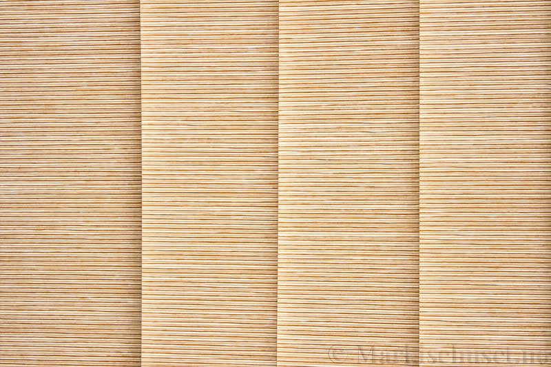 Lamellgardin tekstil serien Ontario 250505-4740 farge Sand. Bildet er tatt med lys bakfra.