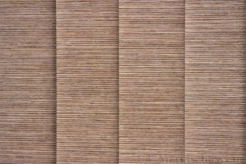 Lamellgardin tekstil serien Ontario 250505-4880 farge Tregrå. Bildet er tatt med lys bakfra.