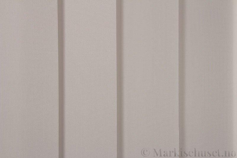 Lamellgardin tekstil serien GreenScreen ECO 250965-1500 Lys grå farge. Bildet er tatt med lys forfra.