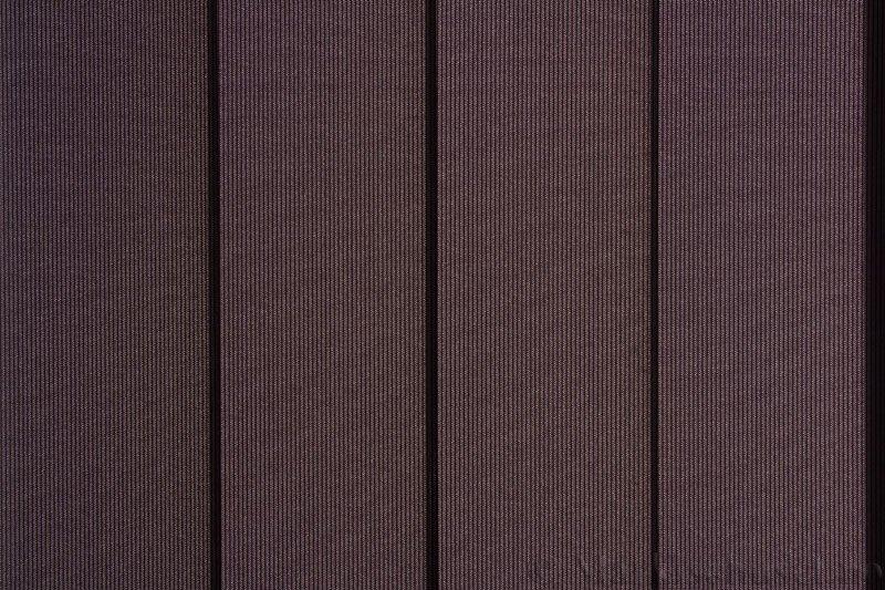 Lamellgardin tekstil serien GreenScreen ECO 250965-1887 Sort farge. Bildet er tatt med lys bakfra.