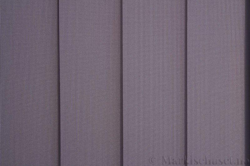 Lamellgardin tekstil serien GreenScreen ECO 250965-2780 Blågrå farge. Bildet er tatt med lys bakfra.