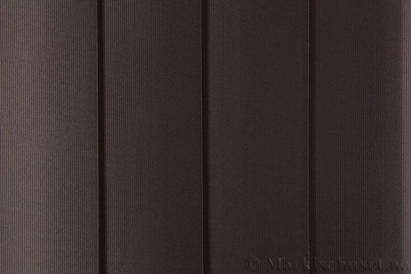 Lamellgardin tekstil serien GreenScreen ECO 250965-4999 Sjokoladebrun farge. Bildet er tatt med lys forfra.