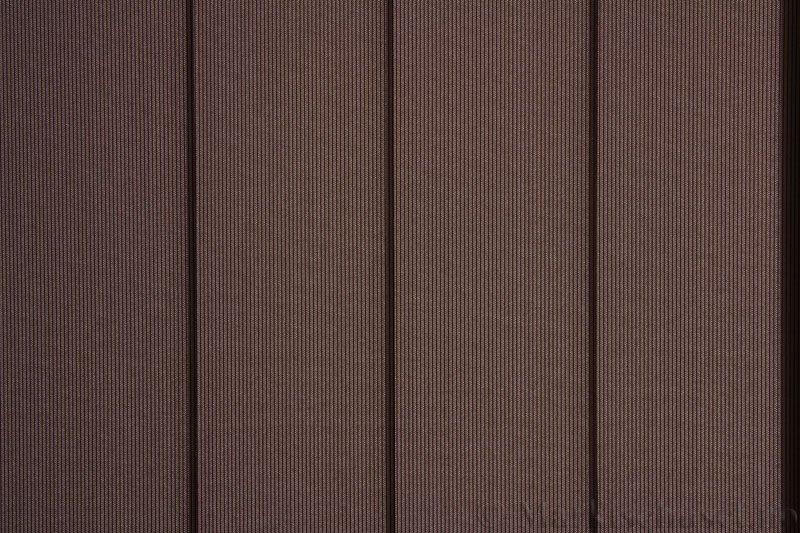 Lamellgardin tekstil serien GreenScreen ECO 250965-4999 Sjokoladebrun farge. Bildet er tatt med lys bakfra.