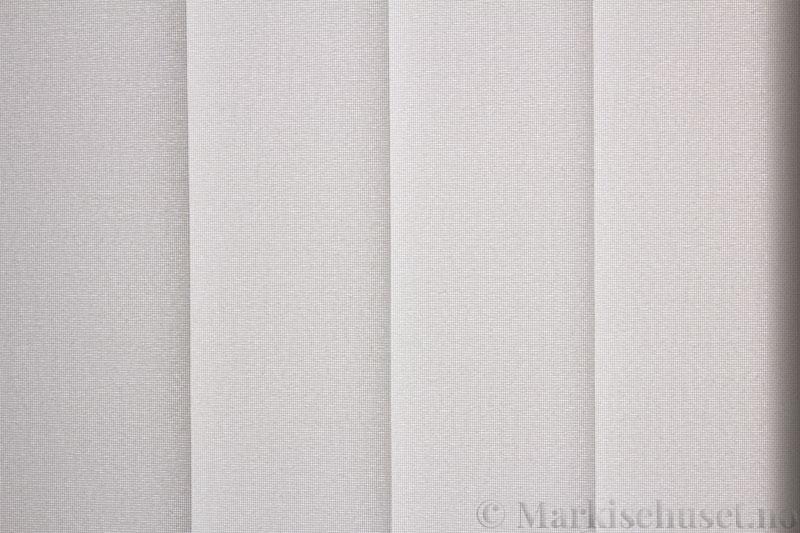 Lamellgardin tekstil serien Opal FR 251235-0203 farge Hvit. Bildet er tatt med lys bakfra.
