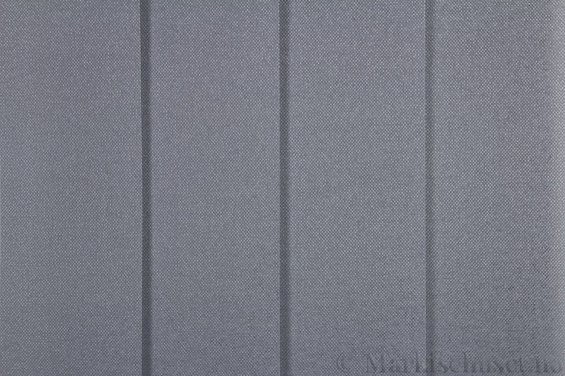 Lamellgardin tekstil serien Opal FR 251235-1600 farge Mellomgrå. Bildet er tatt med lys forfra.