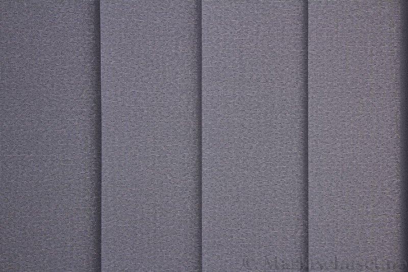 Lamellgardin tekstil serien Opal FR 251235-1600 farge Mellomgrå. Bildet er tatt med lys bakfra.