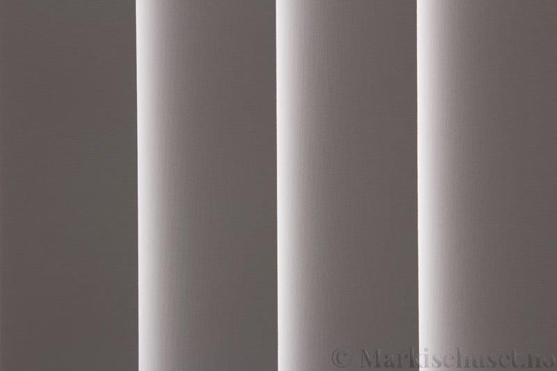 Lamellgardin tekstil serien Oscura Color 251285-0204 farge Eggehvit. Bildet er tatt med lys bakfra.