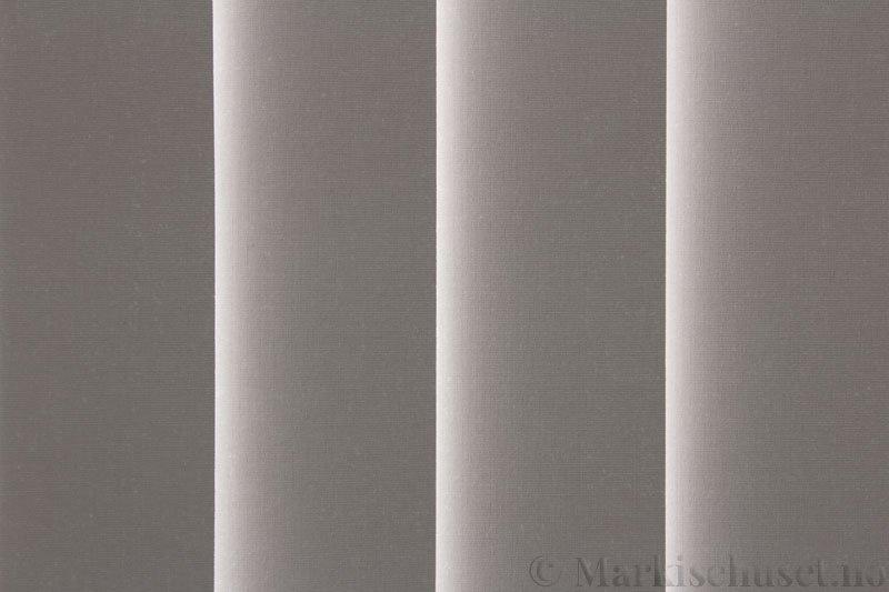Lamellgardin tekstil serien Oscura Color 251285-0952 farge Lysegrå. Bildet er tatt med lys bakfra.