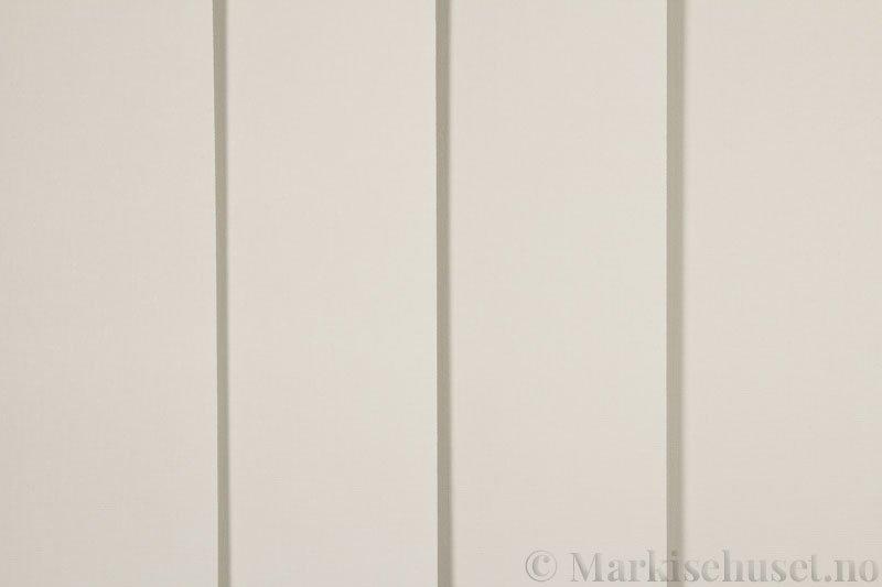 Lamellgardin tekstil serien Oscura Color 251285-4459 farge Magnolia. Bildet er tatt med lys forfra.