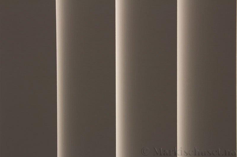 Lamellgardin tekstil serien Oscura Color 251285-4459 farge Magnolia. Bildet er tatt med lys bakfra.