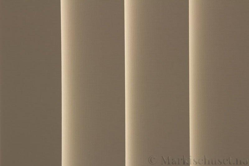 Lamellgardin tekstil serien Oscura Color 251285-4530 farge Ecru. Bildet er tatt med lys bakfra.