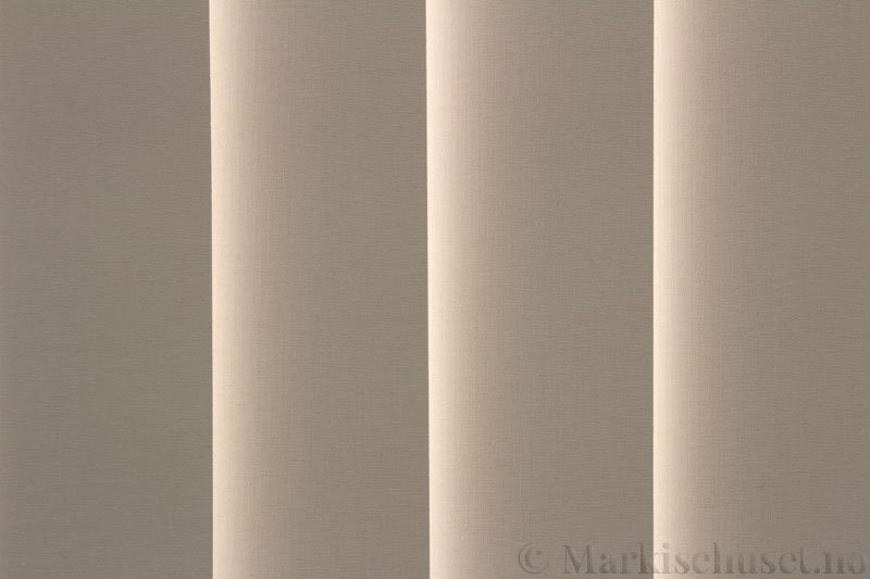 Lamellgardin tekstil serien Oscura Color 251285-4679 farge Lys Beige. Bildet er tatt med lys bakfra.