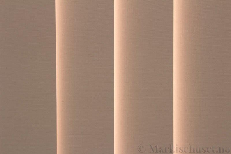 Lamellgardin tekstil serien Oscura Color 251285-5190 farge Lys Beige. Bildet er tatt med lys bakfra.