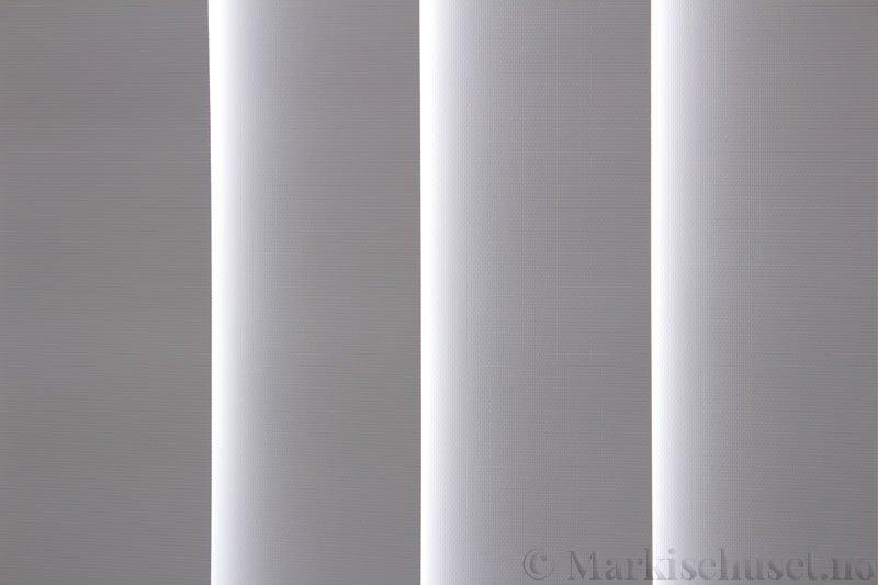 Lamellgardin tekstil serien Midnight BO FR 251405-0204 farge Eggehvit. Bildet er tatt med lys bakfra.