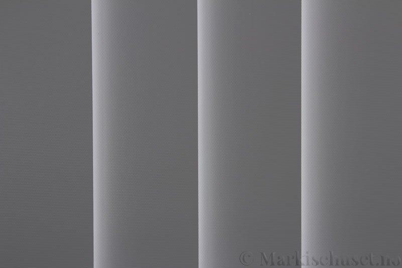 Lamellgardin tekstil serien Midnight BO FR 251405-0719 farge Lys Grå. Bildet er tatt med lys bakfra.