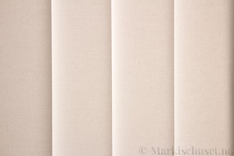 Lamellgardin tekstil serien Lumina 251625-0204 farge Eggehvit. Bildet er tatt med lys bakfra.