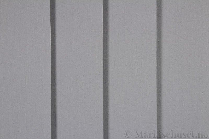 Lamellgardin tekstil serien Lumina 251625-0719 farge Lys Grå. Bildet er tatt med lys forfra.