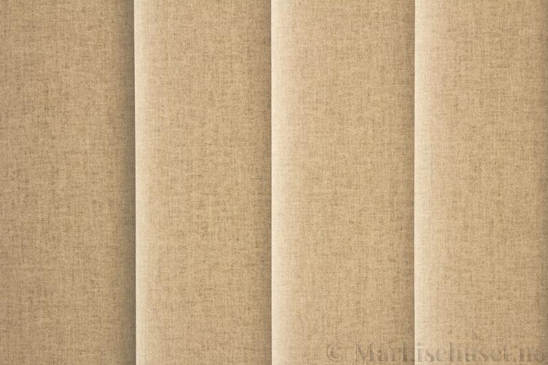 Lamellgardin tekstil serien Lumina 251625-0888 farge Kremgrå. Bildet er tatt med lys bakfra.