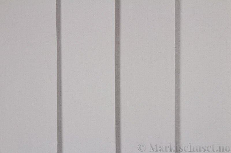 Lamellgardin tekstil serien Lumina 251625-1240 farge Kald Grå. Bildet er tatt med lys forfra.
