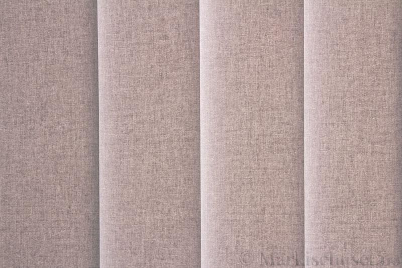 Lamellgardin tekstil serien Lumina 251625-1240 farge Kald Grå. Bildet er tatt med lys bakfra.