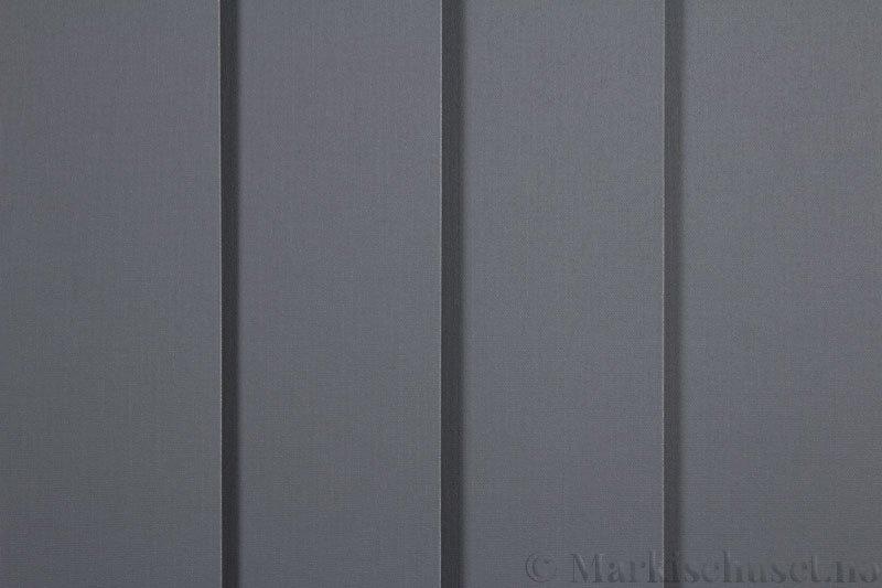 Lamellgardin tekstil serien Lumina 251625-1502 farge Elafantgrå. Bildet er tatt med lys forfra.