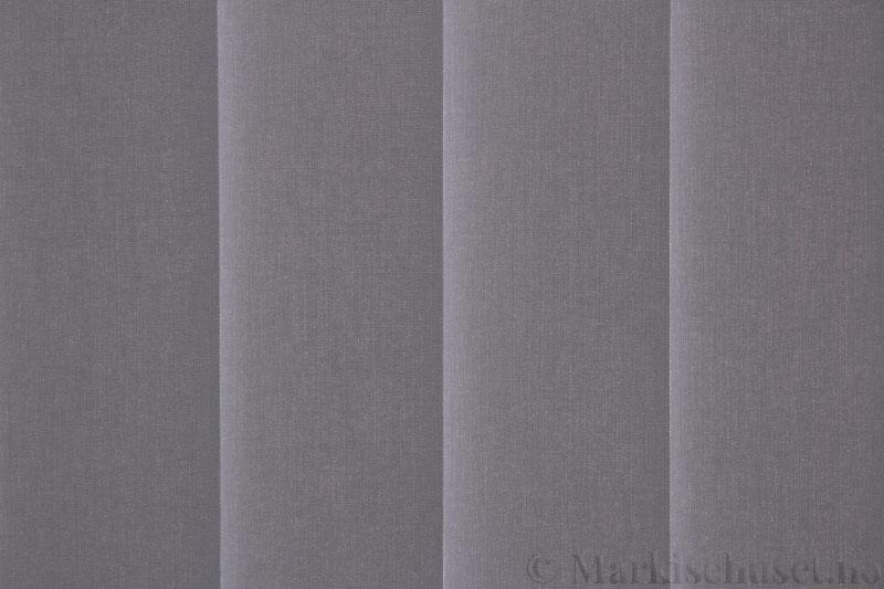 Lamellgardin tekstil serien Lumina 251625-1502 farge Elafantgrå. Bildet er tatt med lys bakfra.