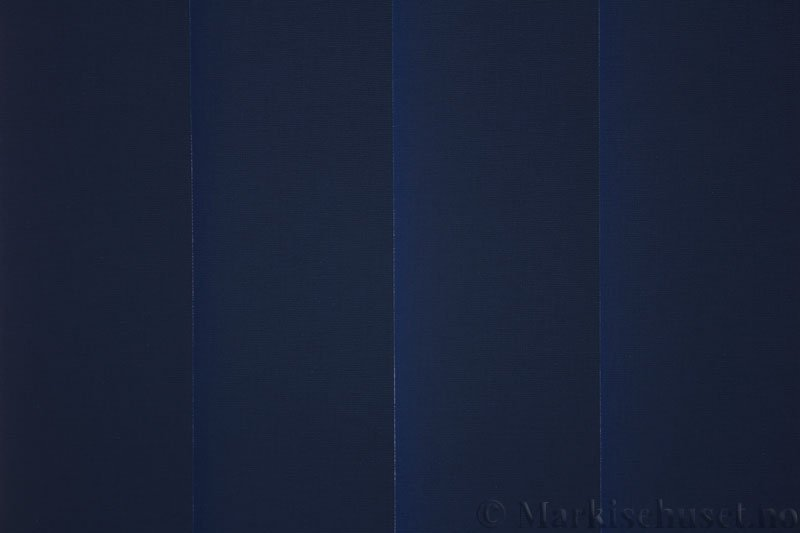 Lamellgardin tekstil serien Lumina 251625-2478 farge Blå. Bildet er tatt med lys bakfra.