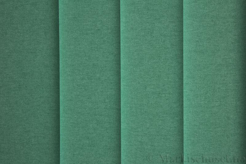 Lamellgardin tekstil serien Lumina 251625-2760 farge Akvamarin. Bildet er tatt med lys bakfra.