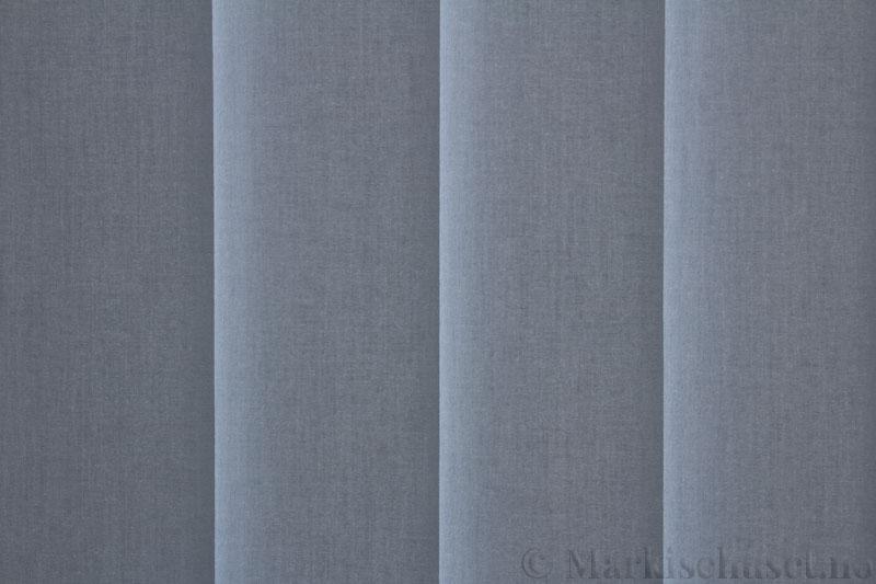 Lamellgardin tekstil serien Lumina 251625-3001 farge Stålblå. Bildet er tatt med lys bakfra.