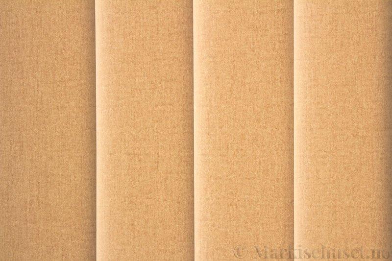 Lamellgardin tekstil serien Lumina 251625-4503 farge Lys Beige. Bildet er tatt med lys bakfra.