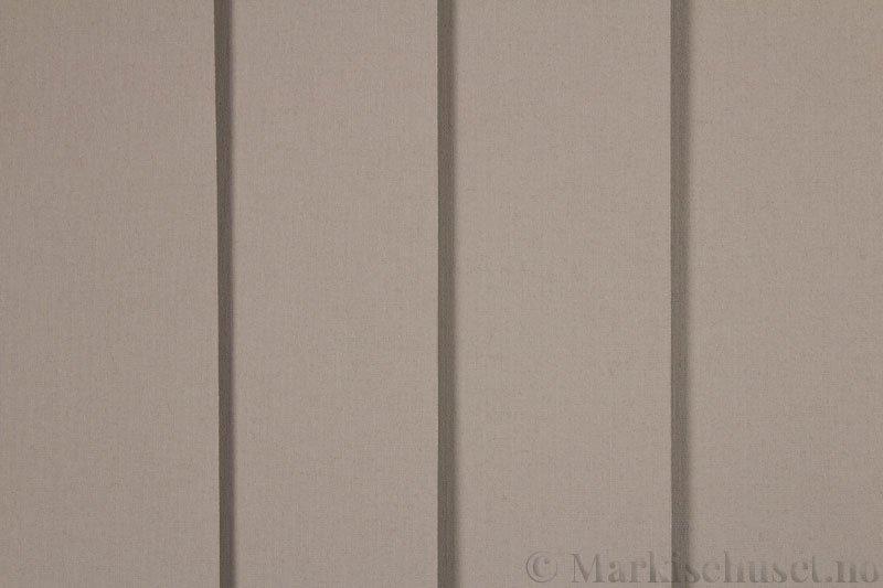 Lamellgardin tekstil serien Lumina 251625-4790 farge Mørk Lin. Bildet er tatt med lys forfra.