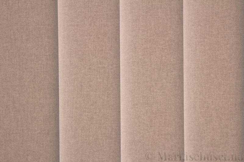 Lamellgardin tekstil serien Lumina 251625-4799 farge Lingrå. Bildet er tatt med lys bakfra.