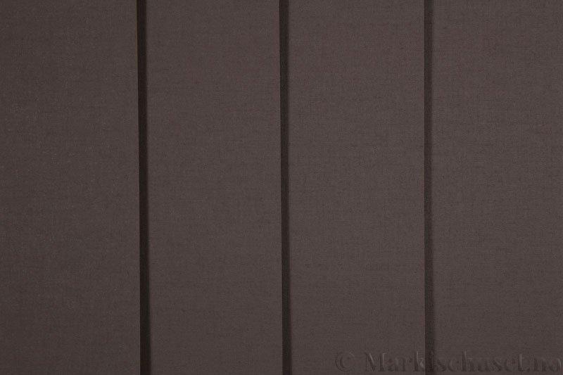 Lamellgardin tekstil serien Lumina 251625-4936 farge Sjokoladebrun. Bildet er tatt med lys forfra.