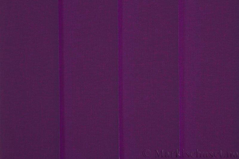 Lamellgardin tekstil serien Lumina 251625-5870 farge Mørk Fiolett. Bildet er tatt med lys bakfra.